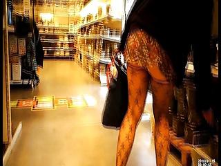 Exhibe jupe courte et transparente,