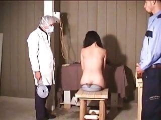 voleuse denudee exhibee lavement humiliation