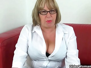 English granny Elle lubes up her grown up fanny