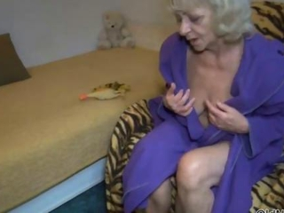 Horny mature slut goes crazy with her clit